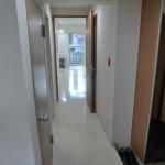 内観 玄関からリビングへの廊下