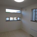 2階洋室にはおしゃれなデザイン窓(洋室)