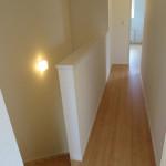 1階リビングに通じる2階からの階段。