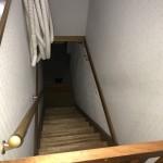 1階ガレージ内部に通じる階段