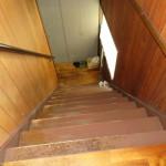 住宅から1階への階段