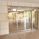 中央フロント部分入り口(外観)