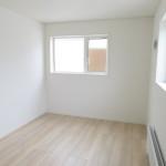 2階居室は2面の窓から明るい日差しが入ります(洋室)