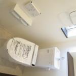 窓、棚、タオル掛けのあるトイレ。(トイレ)