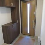 玄関にはシックなシューズボックス付き。窓から光が入り、飾り棚にも使えます。(玄関)